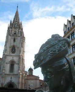 La Regente tiene una escultura dedicada frente a la catedral de Oviedo