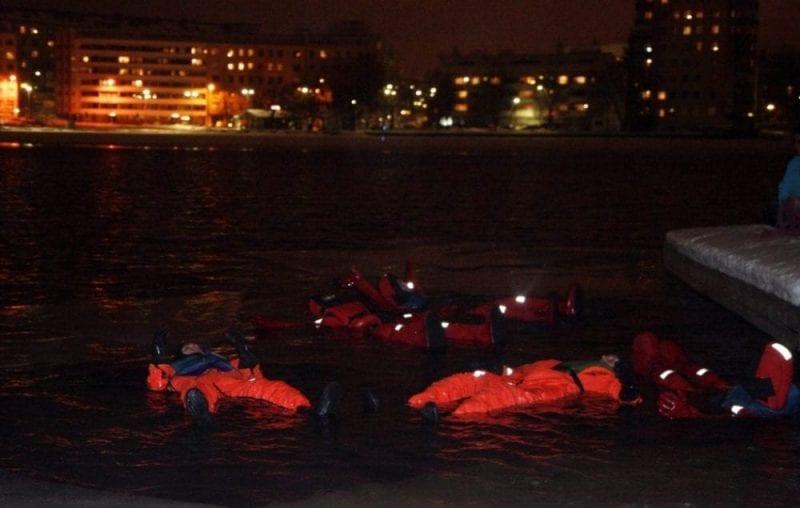 """Flotando durante la actividad """"surviving in the ice"""""""