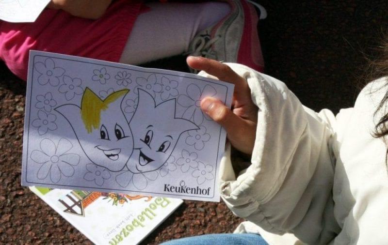 Los niños al entrar reciben su cuaderno de actividades