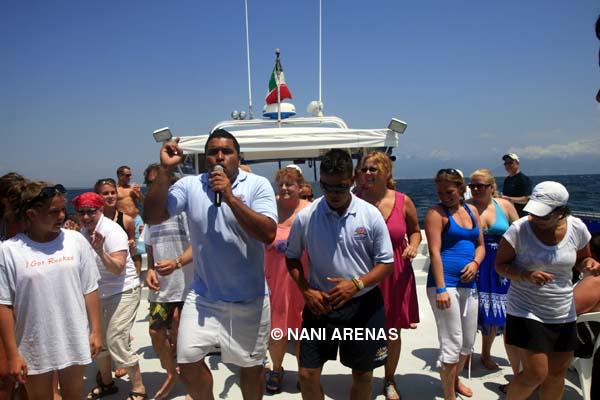 Fiesta en el barco (David con pantalon blanco)