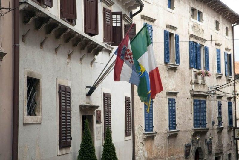Ayuntamiento de Groznjan con las banderas de Croacia e Italia