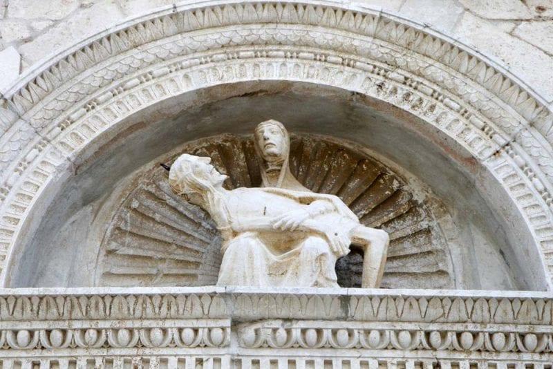 Escultura en una fachada en rab