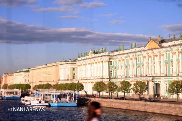 Fachada del Hermitage a media noche. San Petersburgo