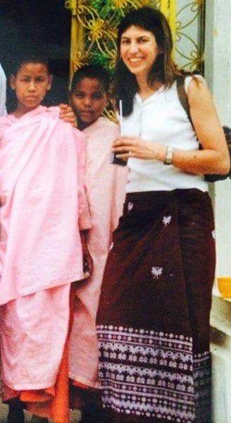 La viajera empedernida con un longui en Birmania