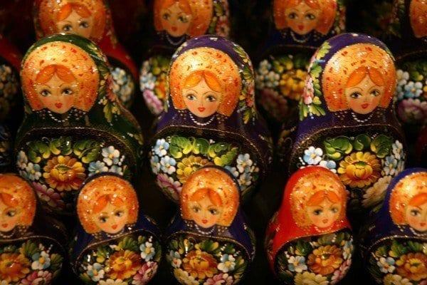 Matriuscas expuestas en un tienda para turistas en San Petersburgo