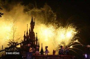 Castillo de Disney iluminado con fuegos artificiales