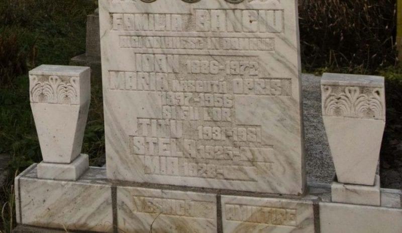 Lápida con los nombres de sus futuros ocupantes, Transilvania, Rumanía