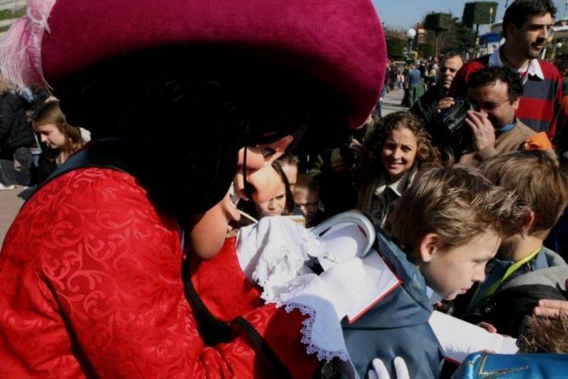 El capitán Garfio firmando autógrafos en Disneyland París