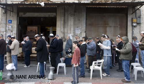 Oración fúnebre en una calle de Haffa, Israel