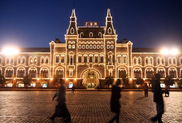 Fachada iluminada de los ya míricos almacenes Gum, frente al mausoleo de Lenin