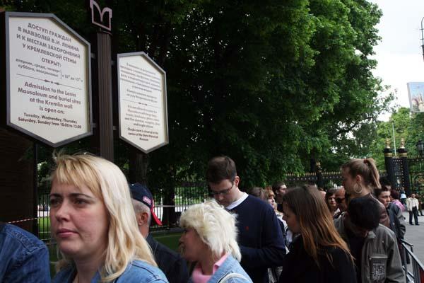 Siempre hay colas para entrar en el memorial de Lenin en la Plaza Roja