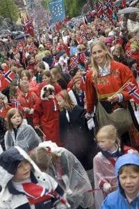 Los niños desfilan todos con sus banderas