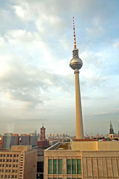 Torre de la televisión de Berlín, al lado de Alexander Pltaz