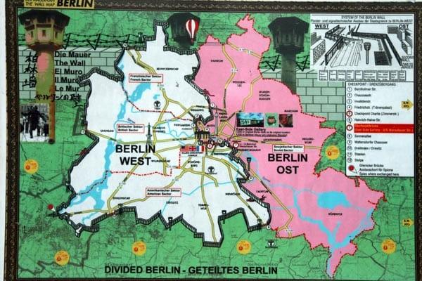 Mapa de Berlin dividido dibujado en los restos del Muro de East Gallery