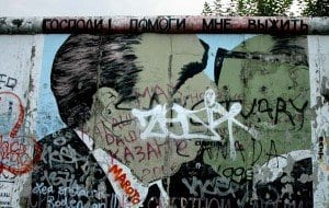 Imagen del mítico dibujo del beso entre Leonidas Breznev y Erich Honecker, en East Side Gallery