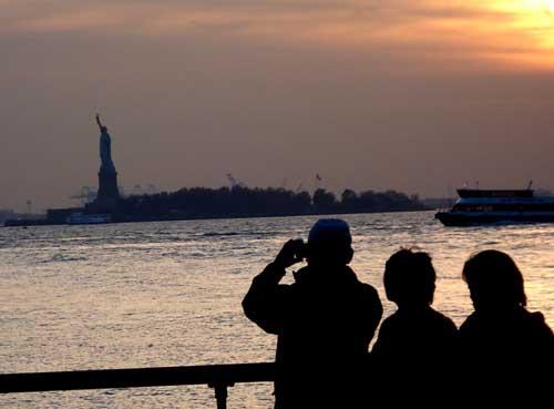 La estatua de la libertad está en una isla frente a Manhattan