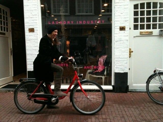 Nani Arenas en bicicleta por Amsterdam