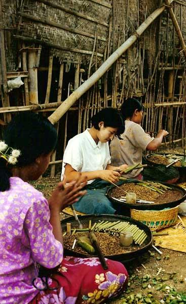 Mujeres trabajando en una aldea birmana