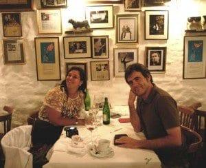 Una pareja comiendo en la Brigada
