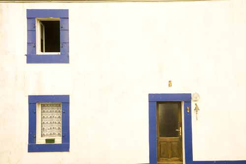 Las casas de Ouessaant son blancas con contraventanas azules