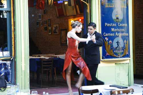 En casi todos los bares de caminito hay espectáculos de tango en vivo