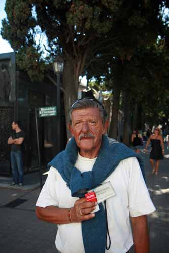 Osvaldo Ituarte es uno de los guias del cementerio de la Recoleta
