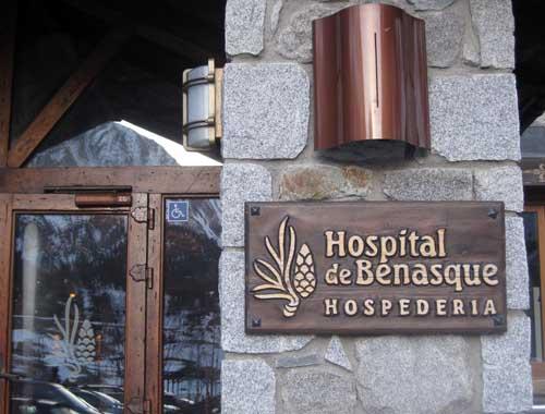 Entrada a la hospedería hospital de Benasque