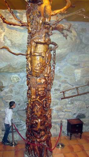 Columna de madera tallada en el interior de la hospedería Hospital de Benasque