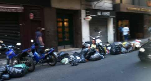 Un hombre rebusca cartones en la basura en Buenos Airtes