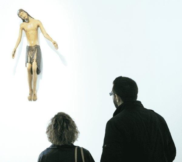 Escultura de un cristo en la cruz museo Carmen Thyssen de malaga