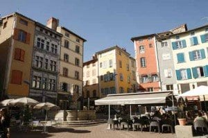 Auvernia plaza terrazas la Puy en Velay