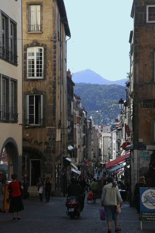 Foto tomada desde la escalera de la catedral desde donde se ve el cráter del Puy de Dôme