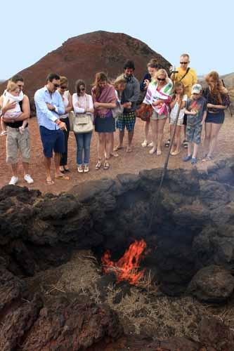 Demostración de fuego en Timanfaya
