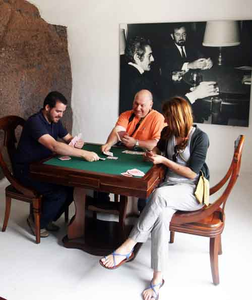 Recreación de una partida de cartas en homenaje a Omar Shariff, en Lanzarote (La Viajera Empedernida entre los jugadores)