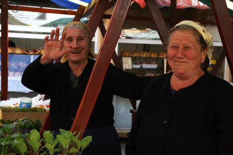 Señoras de negro, vendedoras en el mercado de Zadar