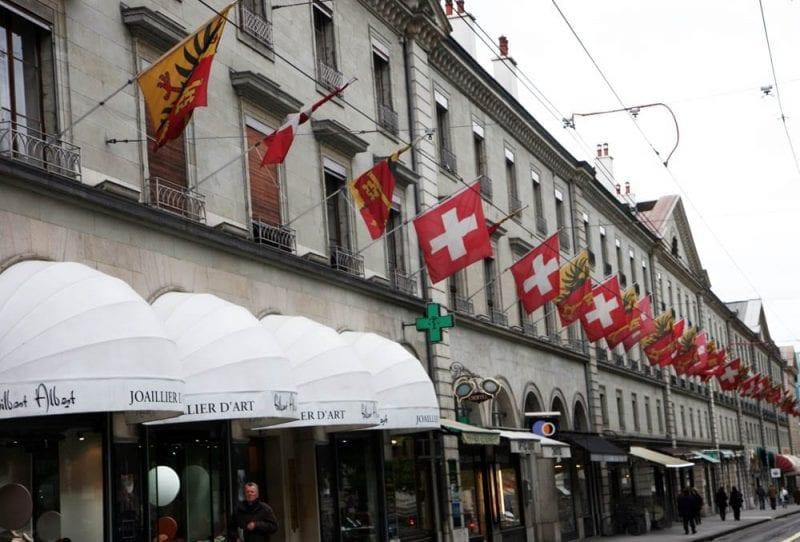 Banderas suizas en la rue Corrateire