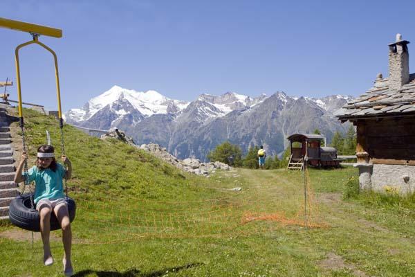 Columpios en medio de los Alpes suizos