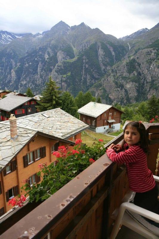 Vistas de Grächen desde el balcón del hotel, en Suiza