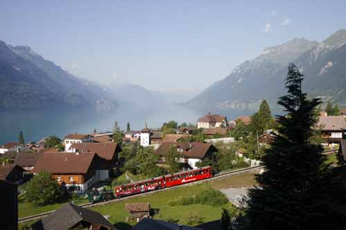 Suiza Brienz panoramica con tren