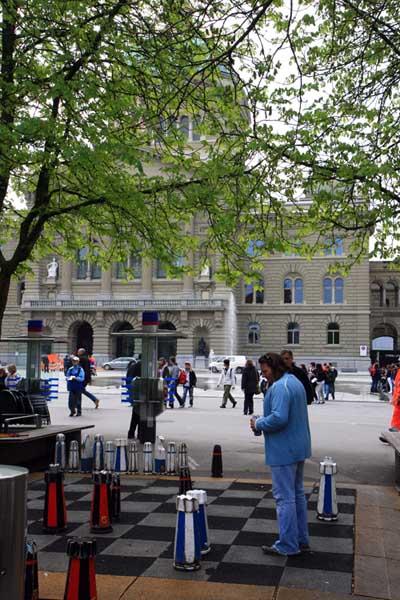 Justo frente al Palacio federal o Palacio del Parlamento de Berna hay un tablero de ajedrez