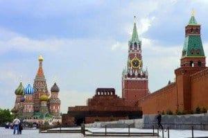 Vista de la Plaza Roja con la catedral de San Basilio al fondo, la torre de San Salvador y en el centro el mausoleo de Lenin