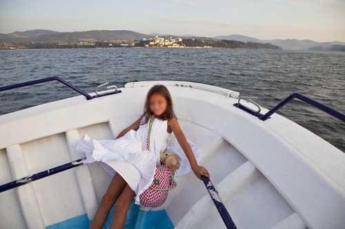 Ribadeo Lugo niña barco la viajera empedernida blog