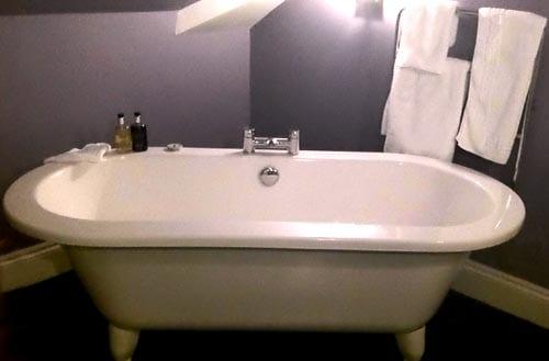 Bañera del Harbourmaster Hotel, en Aberaeron