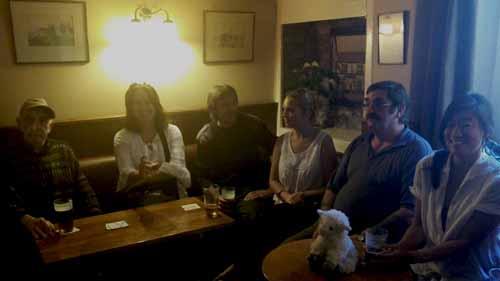Tomando una cerveza en un pub galés