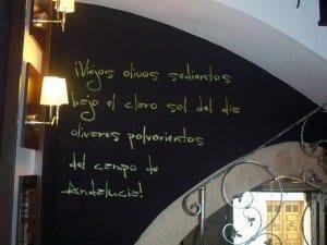 Pizarra con texto alusivo al aceite en el restaurante temático Zeitúm