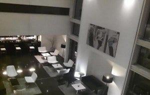 Atrio y cafetería del hotel Axor Barajas