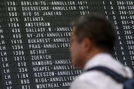 Panel con vuelos cancelados en el aeropuerto de heathrow