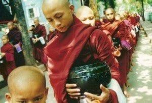 Monjes budistas en Birmania