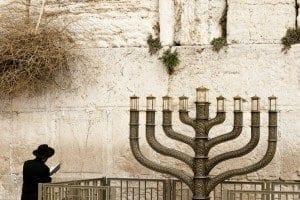 Un judío rezando ante el muro de los lamentos o muro Occidental en Jerusalén