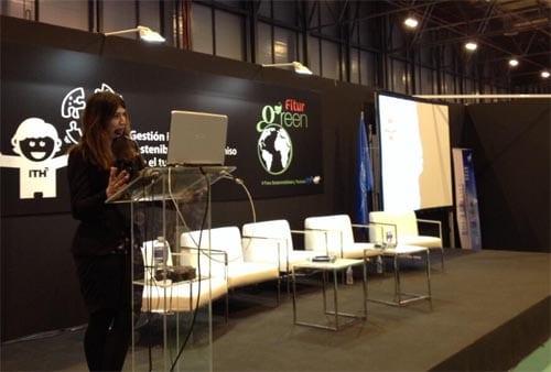 """Nani Arenas durante su ponencia titulada """"comunicación y sostenibilidad"""""""